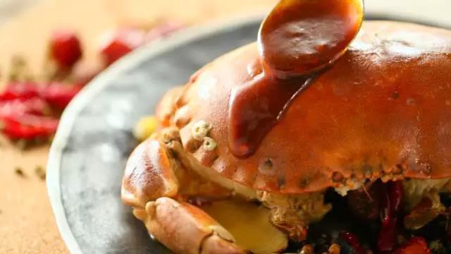 将麻辣汁淋于面包蟹上